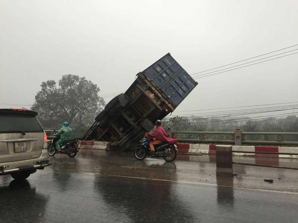 Tranh 2 xe tai leo dai phan cach, container lao xuong chan cau Thanh Tri hinh anh 7