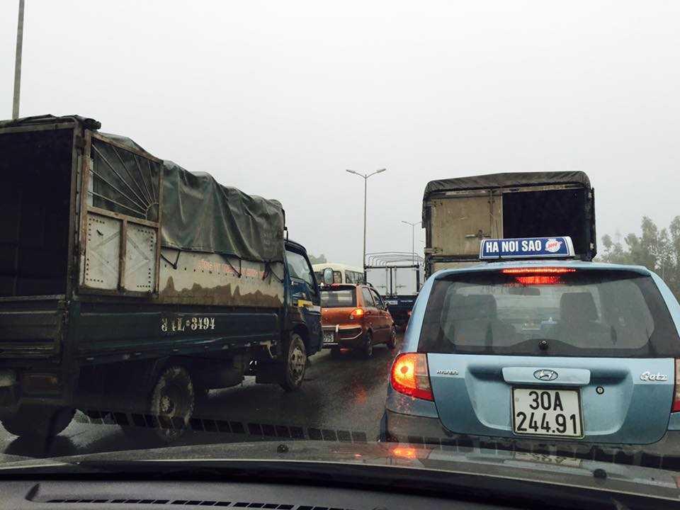 Tranh 2 xe tai leo dai phan cach, container lao xuong chan cau Thanh Tri hinh anh 8