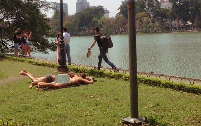 Hai nu du khach mac bikini tam nang ben Ho Guom bi xu ly the nao? hinh anh 1