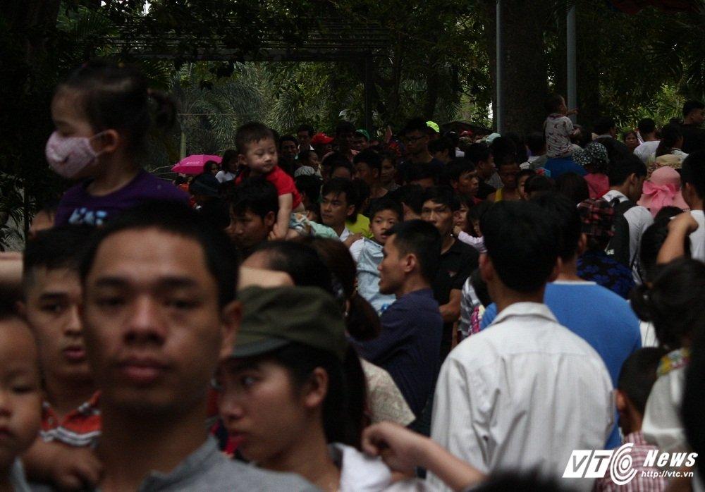 Bien nguoi chen chan trong cong vien Thu Le dip le 30/4 - 1/5 hinh anh 7