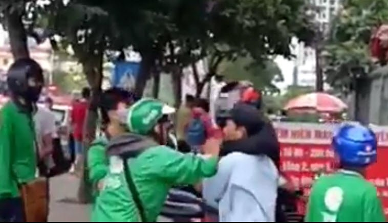 Bi xe om danh do tranh gianh khach, tai xe Grabbike goi dong nghiep den tra thu hinh anh 2