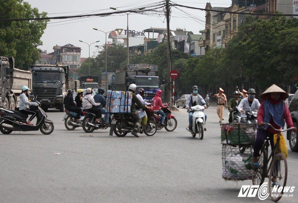 CSGT xu ly xe qua tai: 'Tai xe vi pham thong bao cho 'dong bon' ngung di chuyen' hinh anh 2