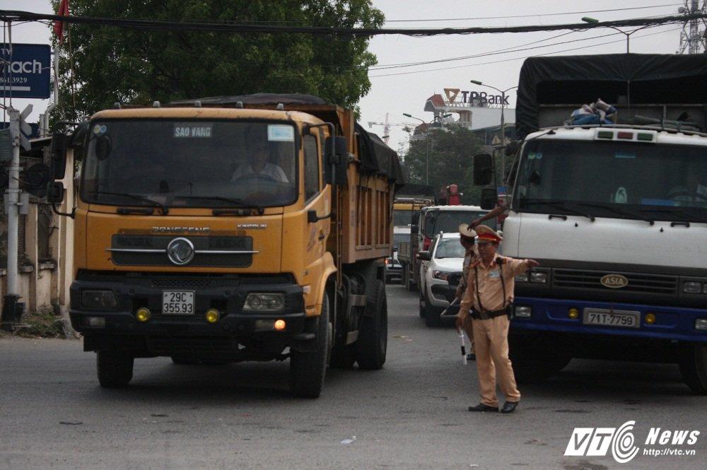CSGT xu ly xe qua tai: 'Tai xe vi pham thong bao cho 'dong bon' ngung di chuyen' hinh anh 3