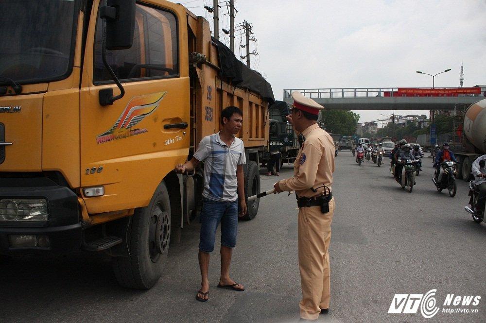 CSGT xu ly xe qua tai: 'Tai xe vi pham thong bao cho 'dong bon' ngung di chuyen' hinh anh 4