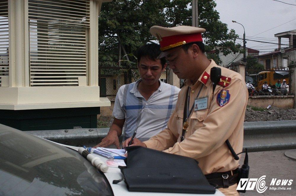 CSGT xu ly xe qua tai: 'Tai xe vi pham thong bao cho 'dong bon' ngung di chuyen' hinh anh 5