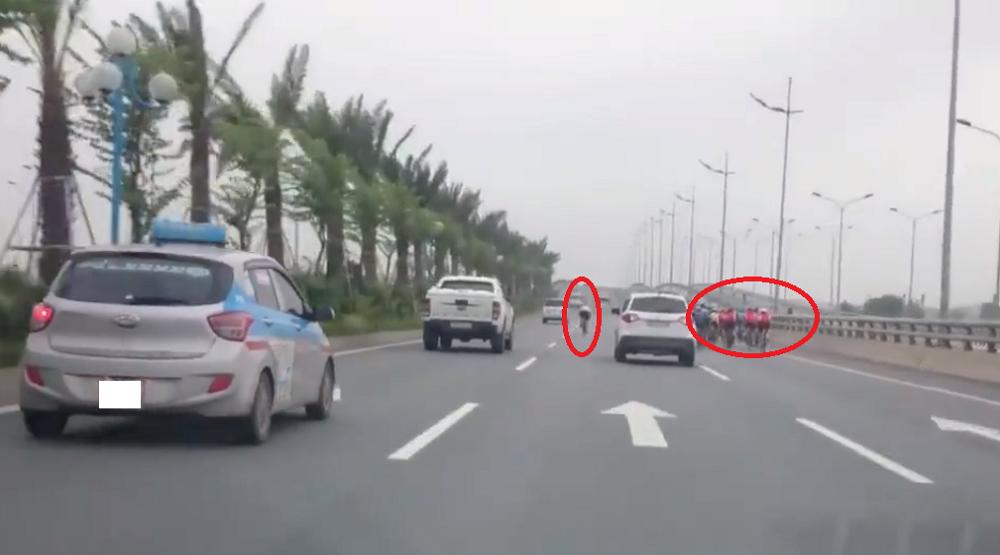 Video: Doan xe dap ngang nhien di vao duong cam, tat dau o to, gion mat 'tu than' hinh anh 1