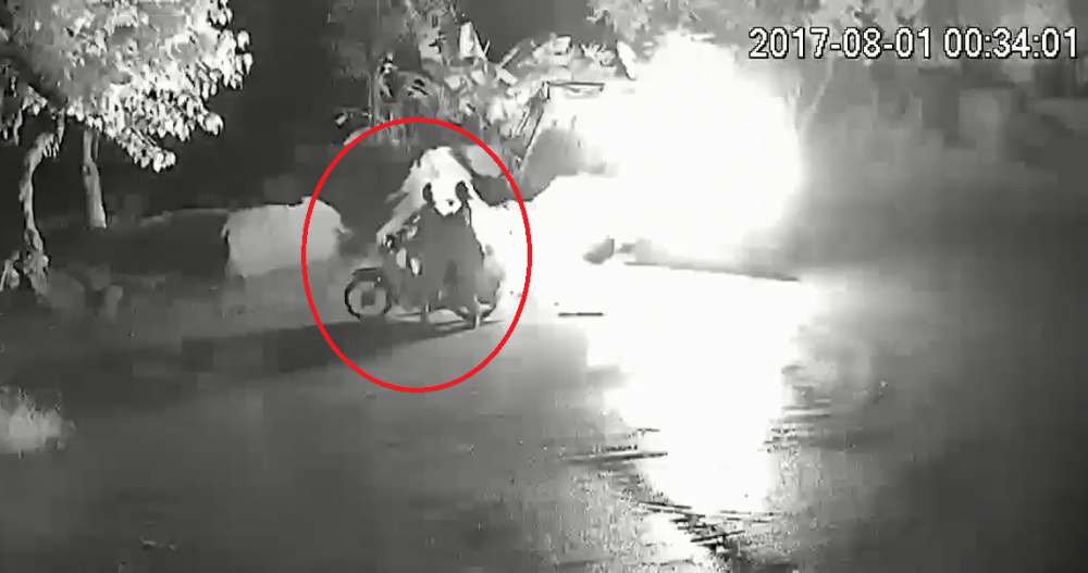 Video: Nghi van mau thuan lam an, nem bom xang dot may xuc trong dem hinh anh 1