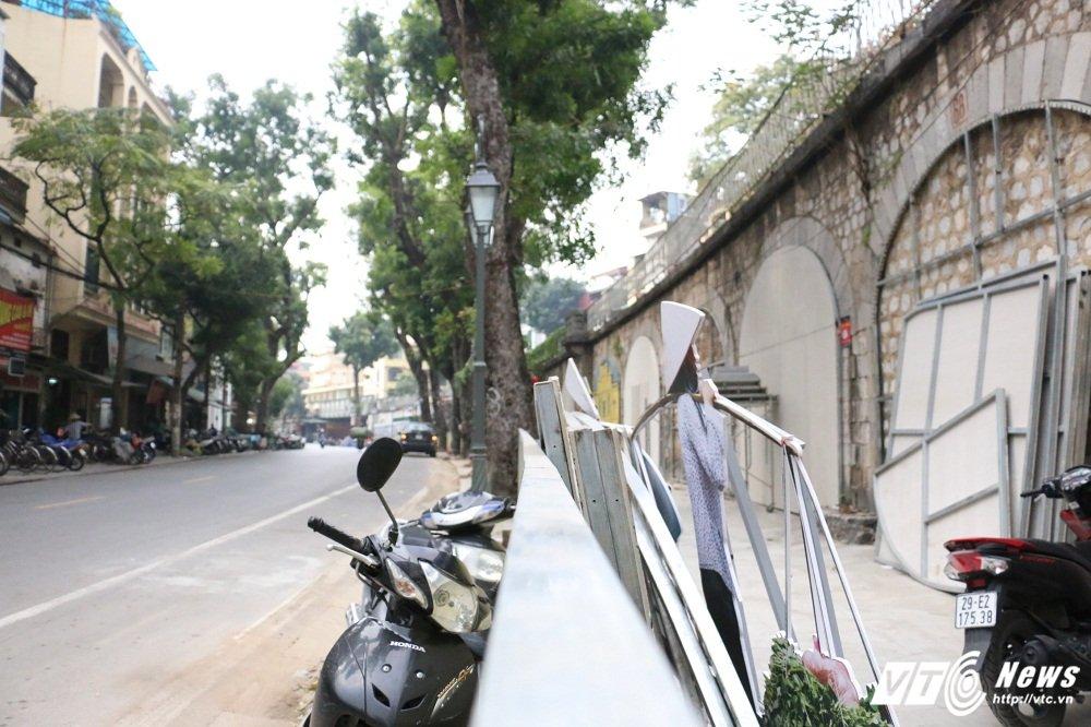 Pho bich hoa Phung Hung bien thanh bai trong xe nhech nhac hinh anh 1