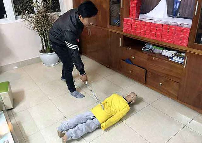 Be trai 10 tuoi bi bao hanh o Ha Noi: Nguoi me ke khai gi? hinh anh 1