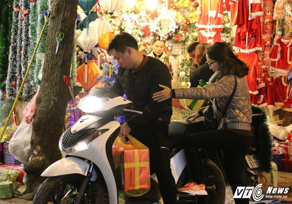 Anh: Thieu nu Ha thanh lung linh trong sac mau Giang sinh hinh anh 5