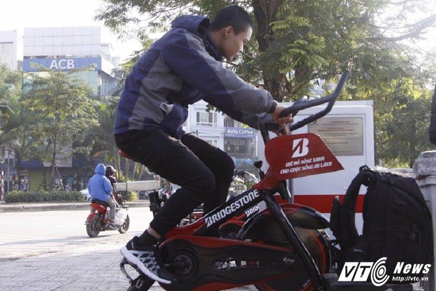 Anh: Xem dan Thu do vua dap xe the duc vua loc nuoc o ho Hoang Cau hinh anh 2