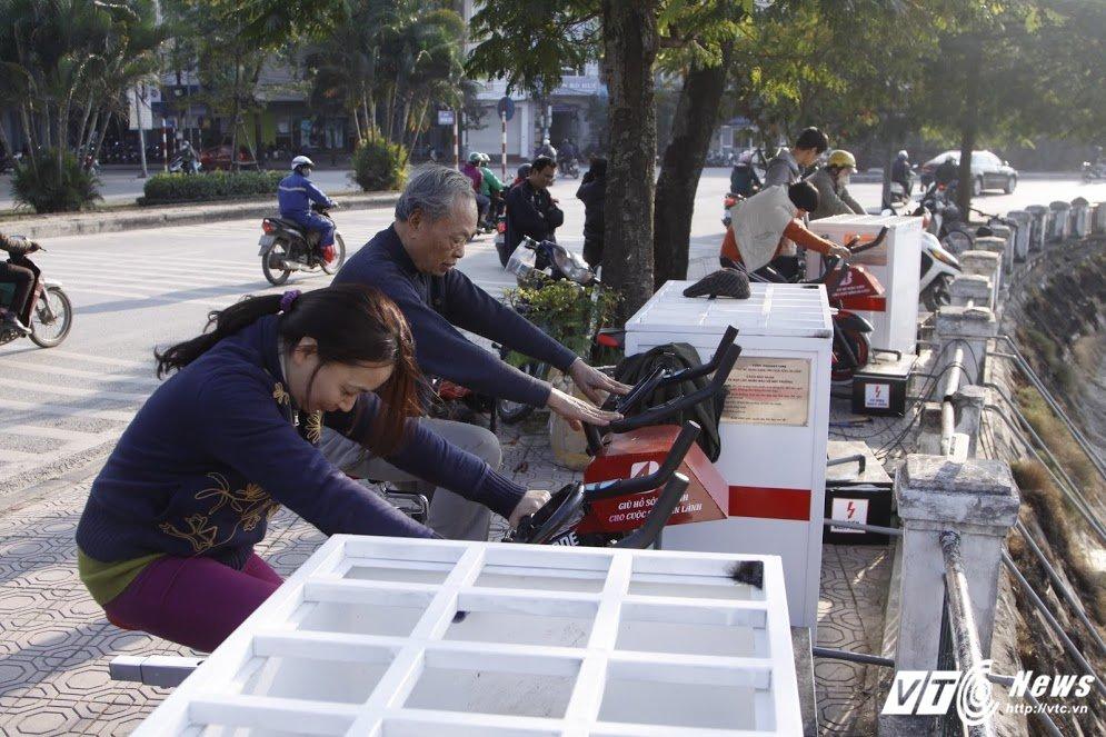 Anh: Xem dan Thu do vua dap xe the duc vua loc nuoc o ho Hoang Cau hinh anh 11