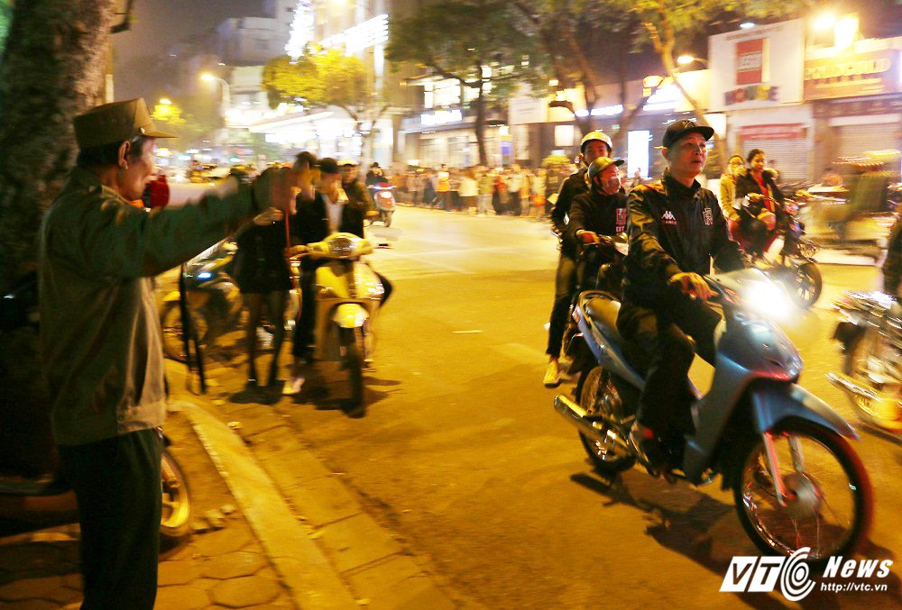 Anh: Pho Ha Noi chat cung nguoi trong dem Giang sinh 2017 hinh anh 6