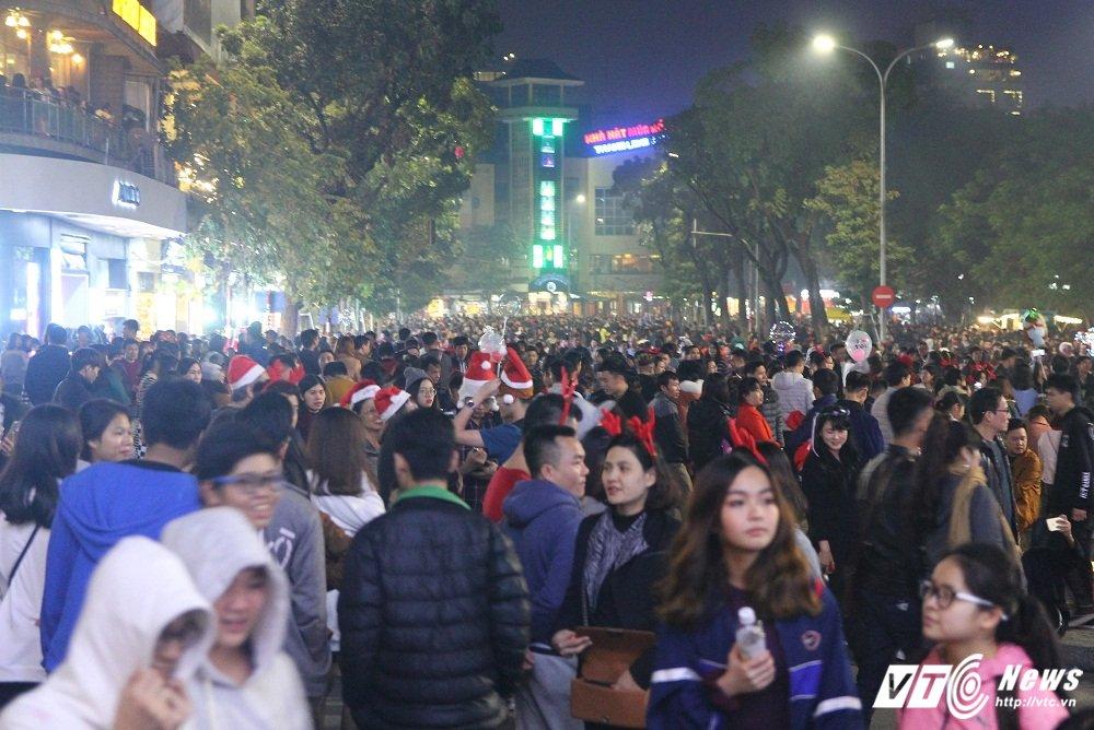 Anh: Gioi tre Ha Thanh khoe sac tren pho trong dem Giang sinh 2017 hinh anh 1