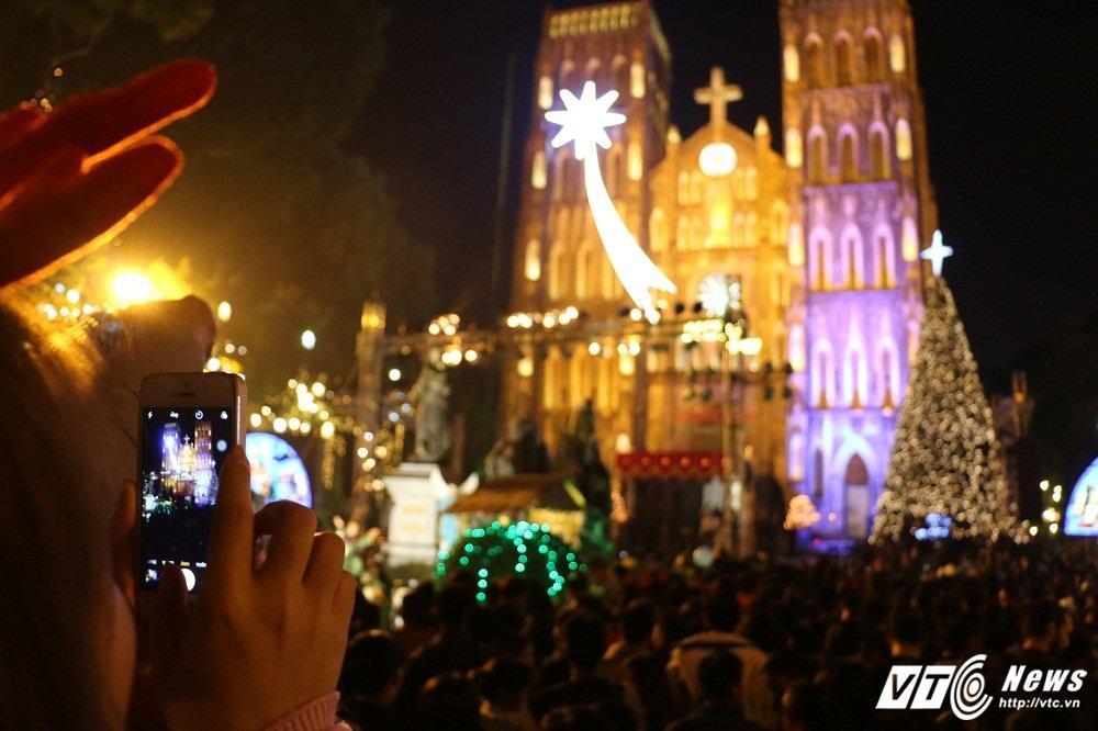 Anh: Gioi tre Ha Thanh khoe sac tren pho trong dem Giang sinh 2017 hinh anh 8