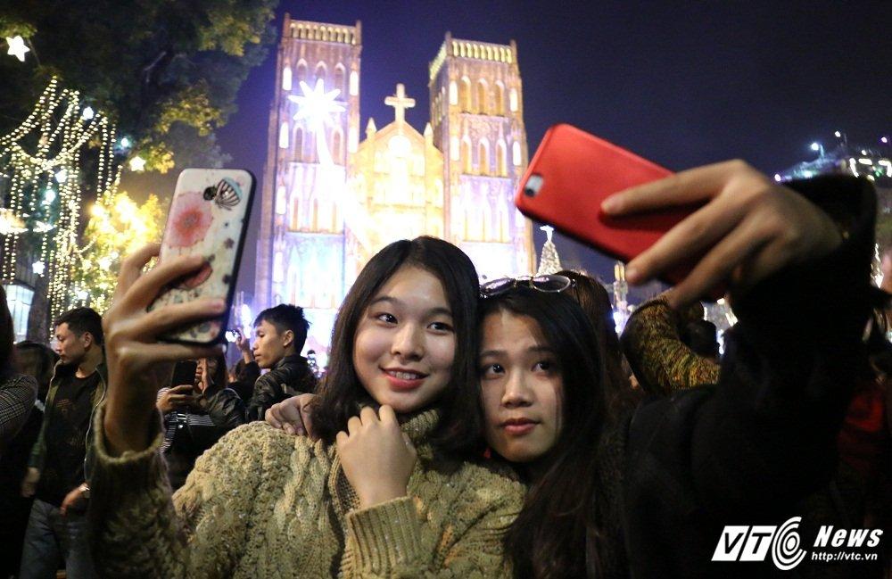 Anh: Gioi tre Ha Thanh khoe sac tren pho trong dem Giang sinh 2017 hinh anh 9