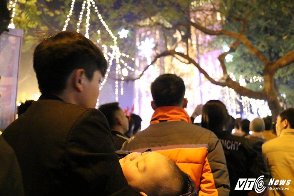 Anh: Gioi tre Ha Thanh khoe sac tren pho trong dem Giang sinh 2017 hinh anh 11