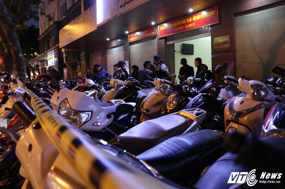 Gia ve gui xe tren pho Ha Noi tang cao hang chuc lan: 'Thue moi nguoi do ma trong duoc day' hinh anh 1