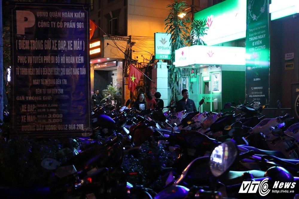 Gia ve gui xe tren pho Ha Noi tang cao hang chuc lan: 'Thue moi nguoi do ma trong duoc day' hinh anh 2