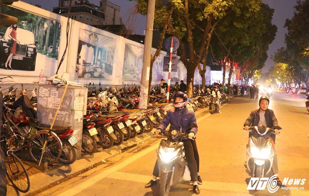 Gia ve gui xe tren pho Ha Noi tang cao hang chuc lan: 'Thue moi nguoi do ma trong duoc day' hinh anh 4