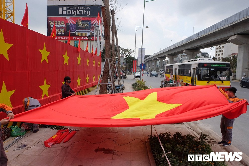 Anh: Buc tuong phu kin co do sao vang tren pho Ha Noi co vu U23 Viet Nam hinh anh 6