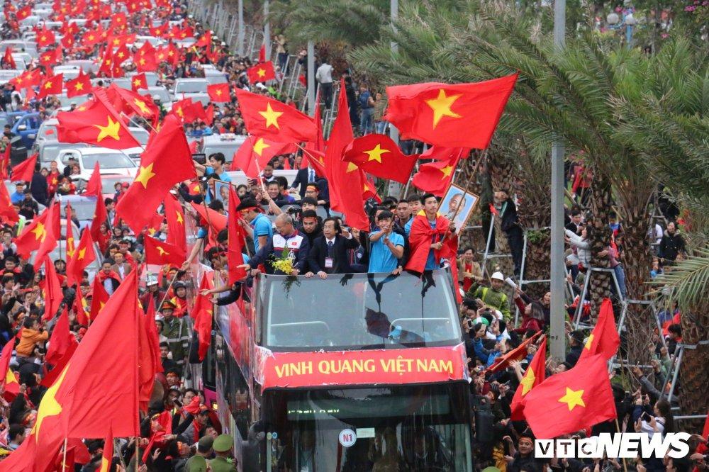 An mung tren xe bus cho U23 Viet Nam, ong Nguyen Lan Trung co dang bi chi trich nhieu den vay? hinh anh 1