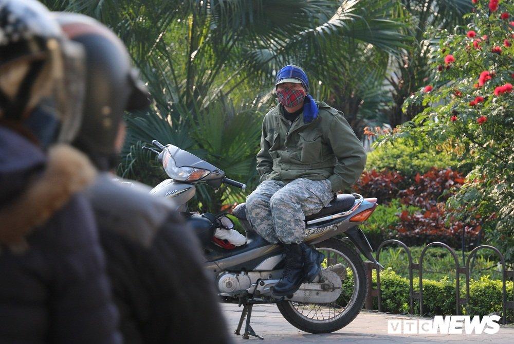 Anh: Nguoi dan Ha Noi tim cach chong choi dot ret ky luc trong 2 nam qua hinh anh 2