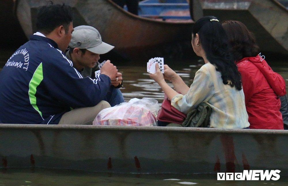 Du khach ngang nhien danh bai an tien tren thuyen o chua Huong hinh anh 3