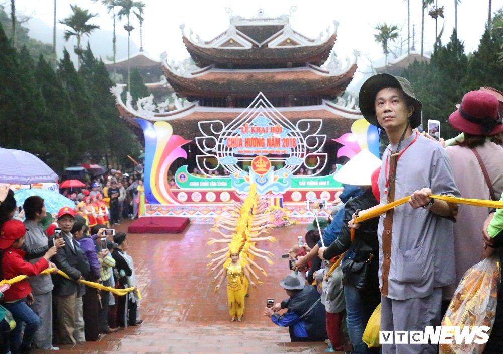 Hang van nguoi du le khai hoi Chua Huong nam 2018 hinh anh 2