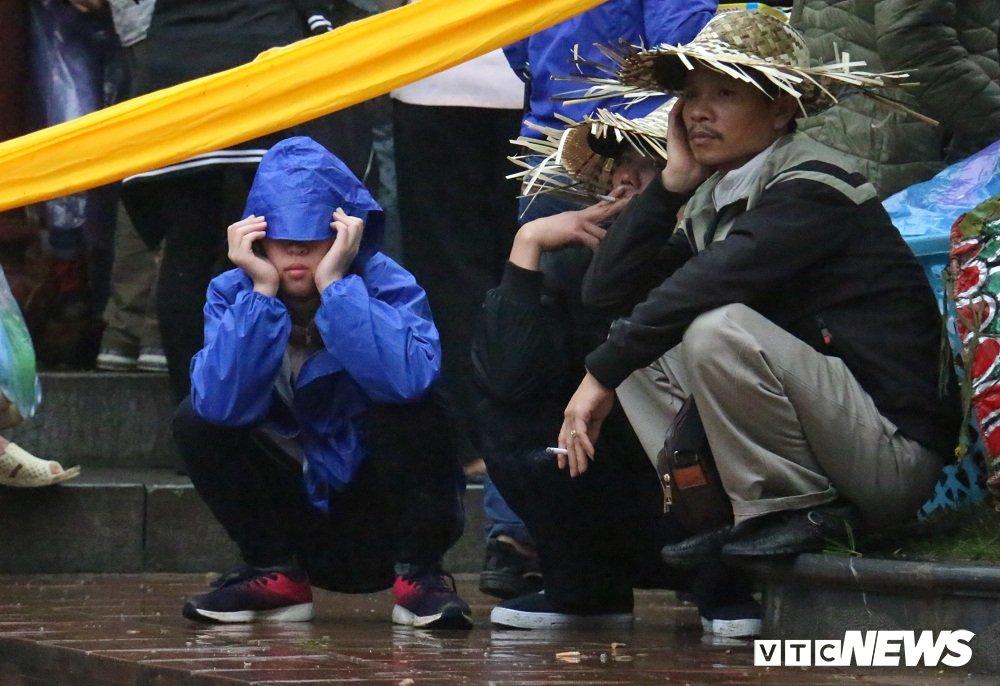 Hang van du khach vat va doi mua du le khai hoi chua Huong 2018 hinh anh 5