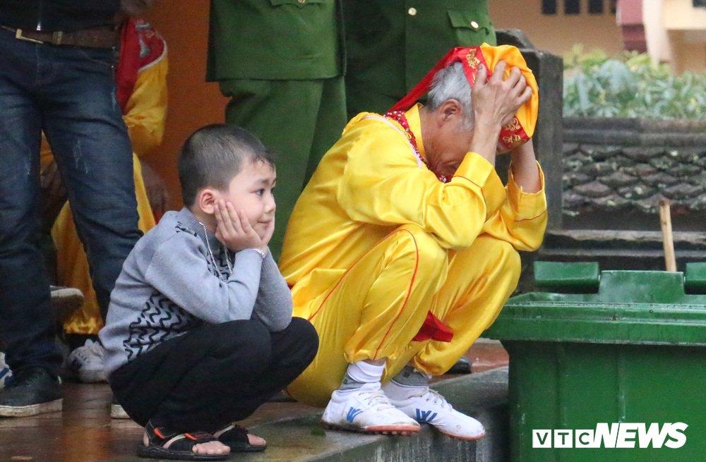 Hang van du khach vat va doi mua du le khai hoi chua Huong 2018 hinh anh 8