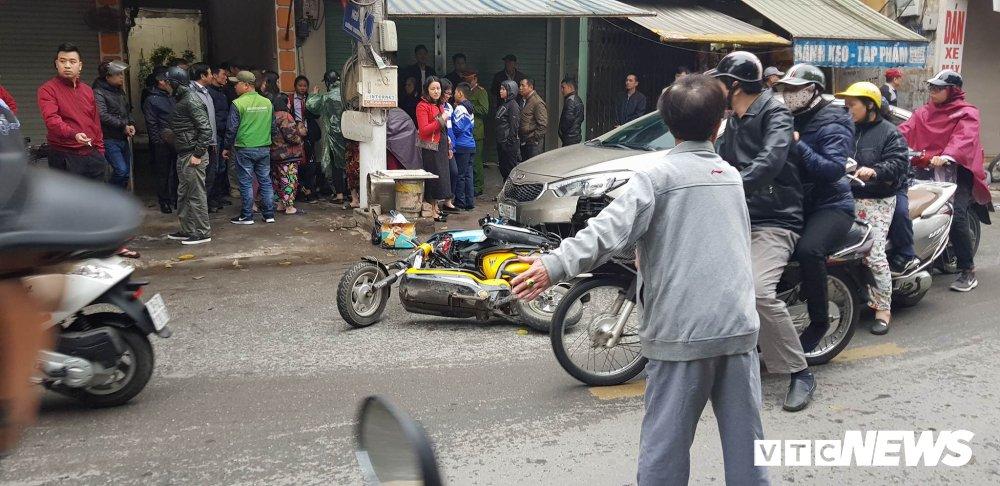 Tai xe say ruou tong lien hoan, keo le xe may, xe dap dien tren pho Ha Noi hinh anh 1