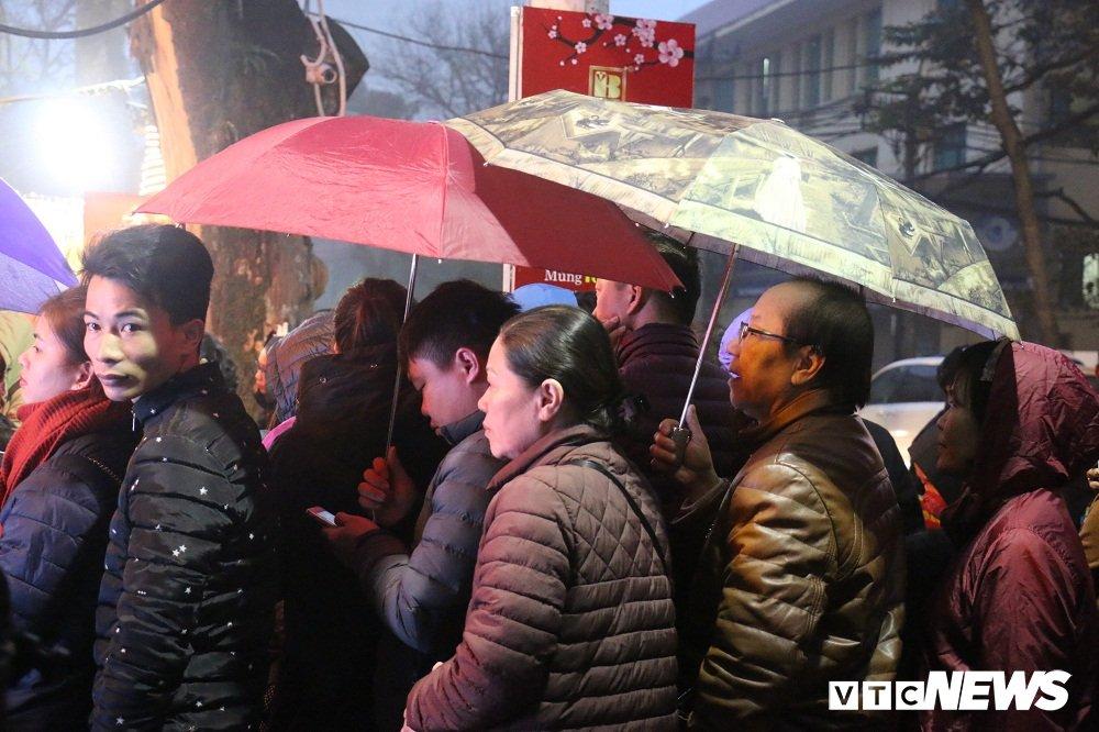 Anh: Dan Thu do doi mua xep hang tu sang som mua vang ngay via Than Tai hinh anh 3
