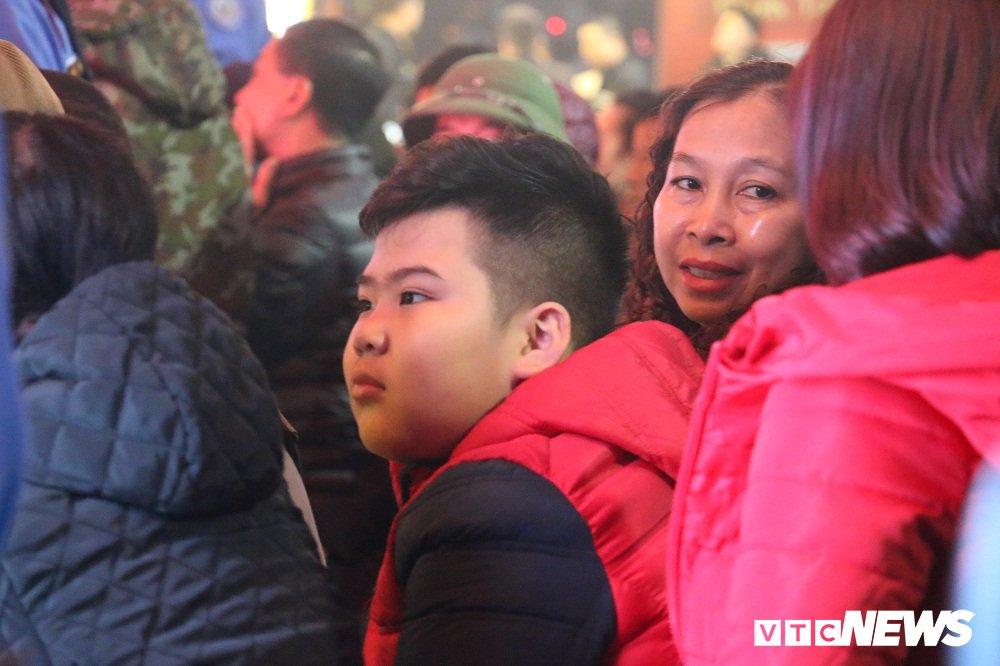 Anh: Dan Thu do doi mua xep hang tu sang som mua vang ngay via Than Tai hinh anh 4