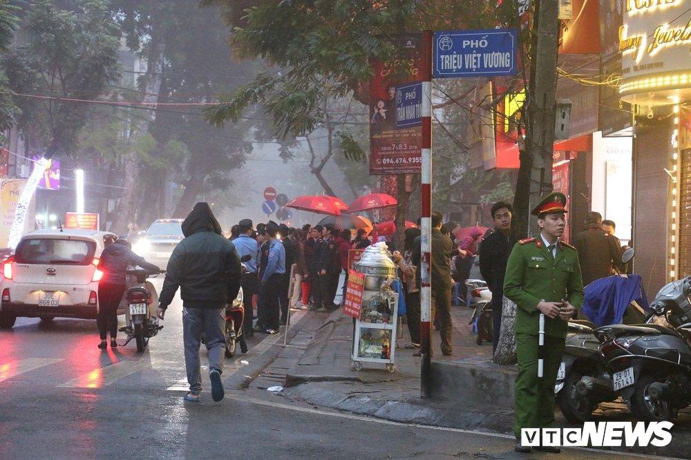 Anh: Dan Thu do doi mua xep hang tu sang som mua vang ngay via Than Tai hinh anh 11