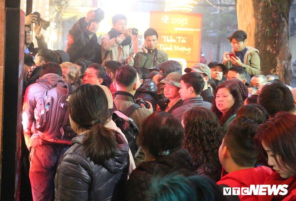Anh: Dan Thu do doi mua xep hang tu sang som mua vang ngay via Than Tai hinh anh 9