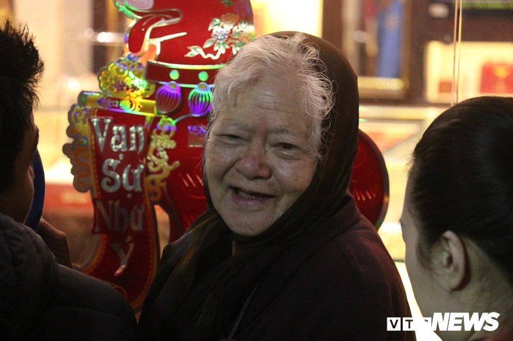Anh: Dan Thu do doi mua xep hang tu sang som mua vang ngay via Than Tai hinh anh 7
