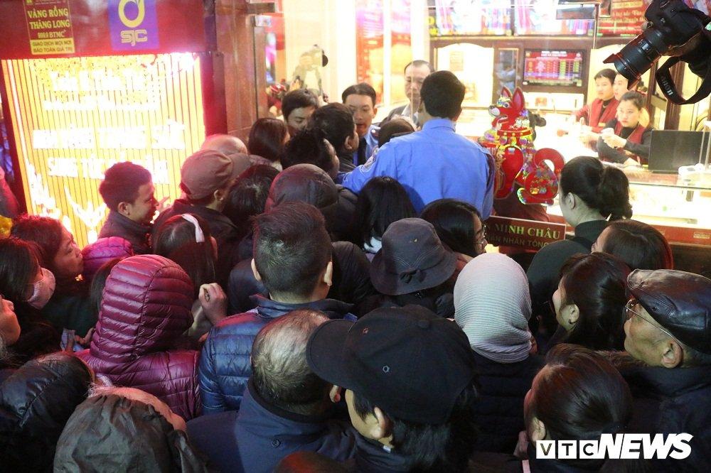 Anh: Dan Thu do doi mua xep hang tu sang som mua vang ngay via Than Tai hinh anh 6