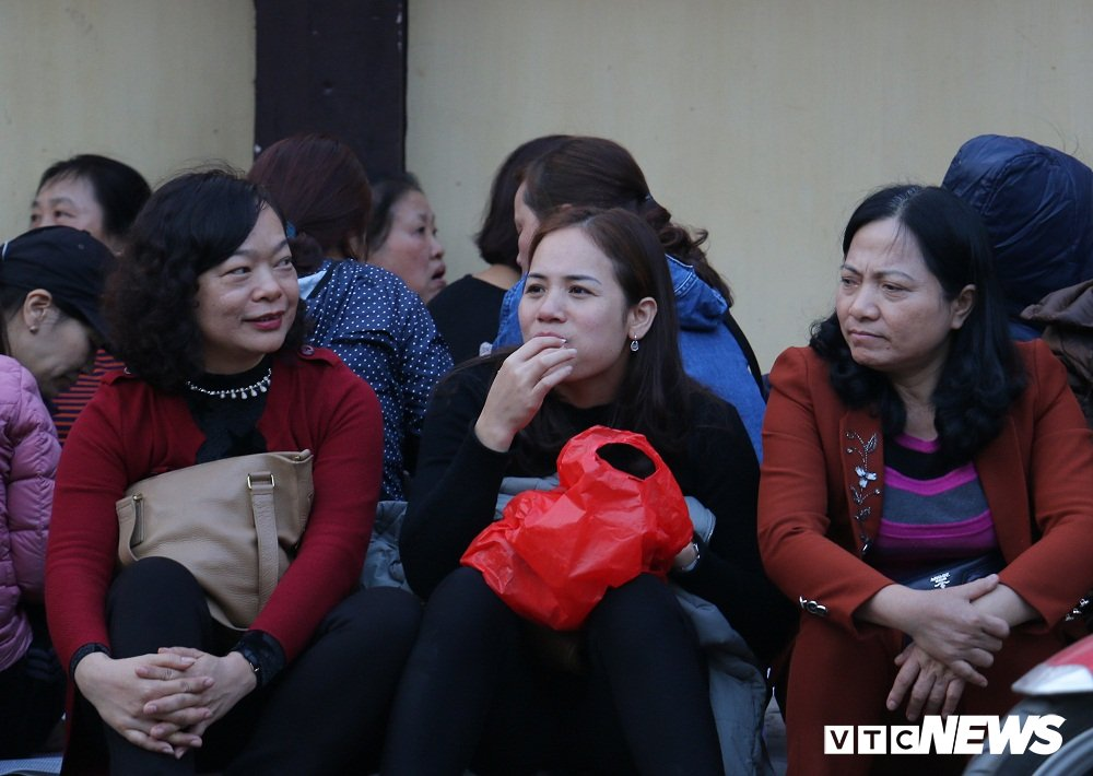 Dan Thu do mang chieu xep cho, an banh mi chong doi cho dai le chua Phuc Khanh hinh anh 3