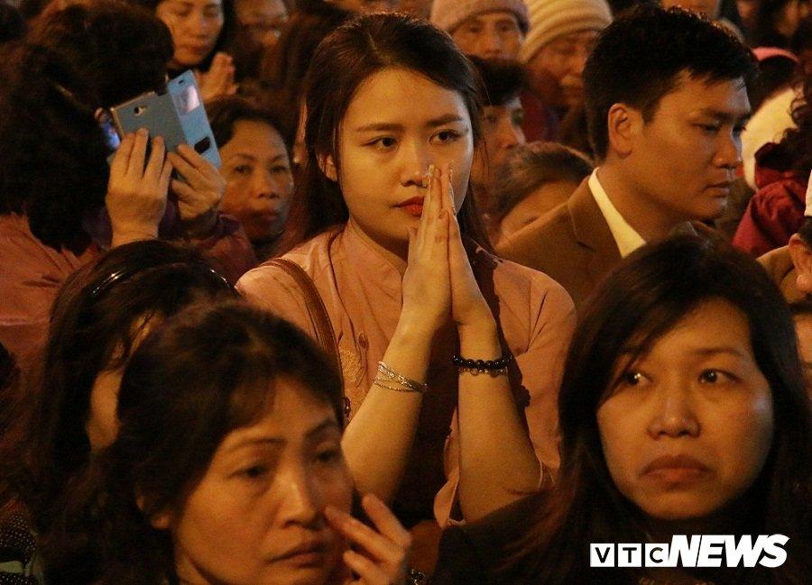 Chen lan, xo day, de len nhau tranh cuop loc chua Phuc Khanh hinh anh 8