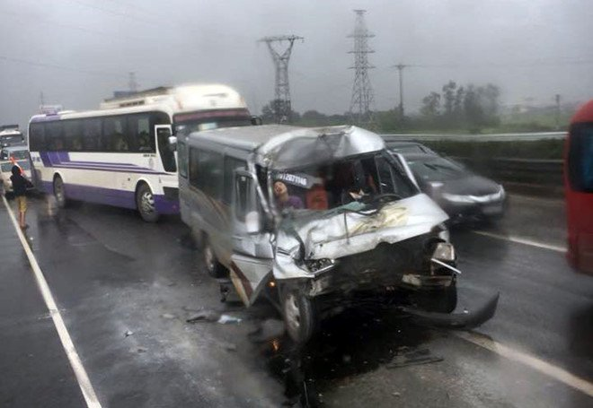 4 xe o to tong lien hoan tren cao toc Phap Van – Cau Gie hinh anh 1