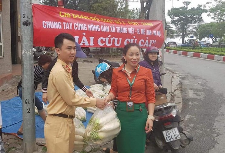 CSGT Ha Noi 'giai cuu' 2 tan cu cai giup nong dan Me Linh hinh anh 1