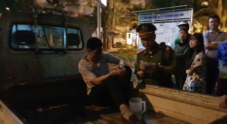 O to keo le xe may hang tram met tren pho Ha Noi: Xac dinh danh tinh tai xe xe 'dien' hinh anh 1