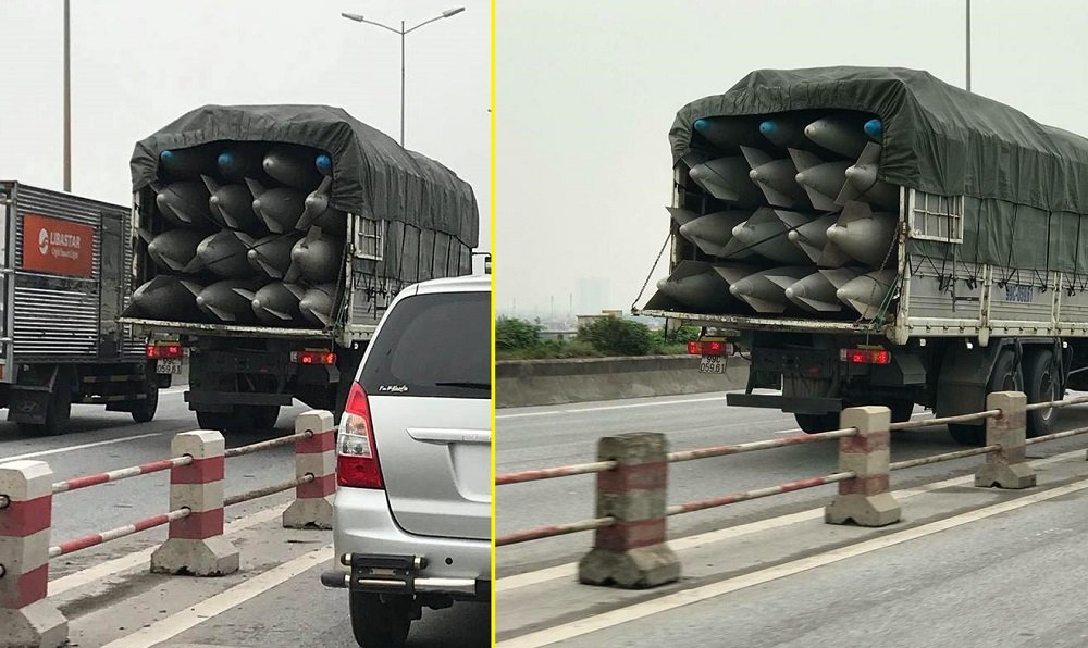 2 xe tai cho vat the la nghi bom chay bon bon tren duong Ha Noi hinh anh 1