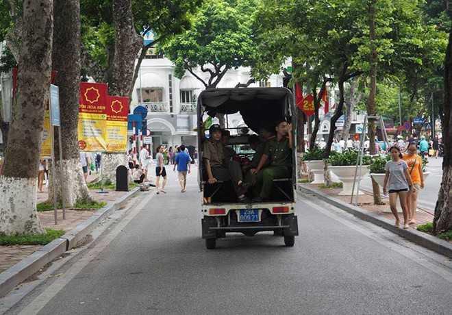 Cam oto bien xanh di vao khong gian di bo quanh Ho Guom hinh anh 2