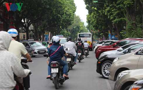Cam xe may o Ha Noi: Khong giai quyet 'mieng com manh ao', cam dan van cu di hinh anh 1