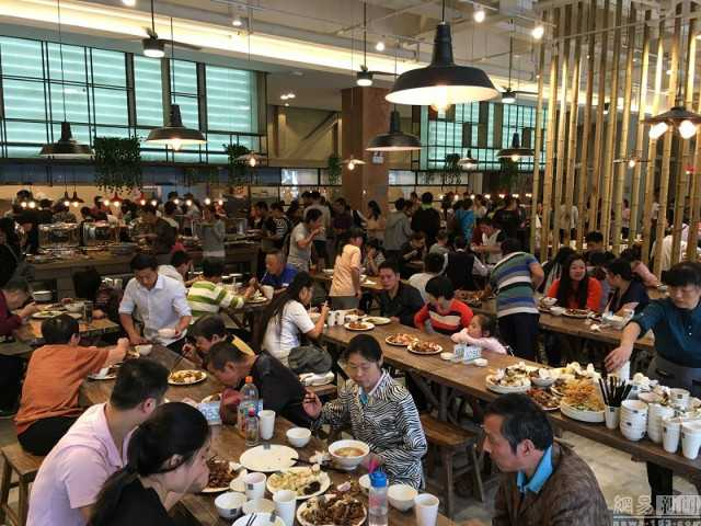 Hai hung canh nguoi Trung Quoc 'can quet' tiec buffet mien phi hinh anh 3