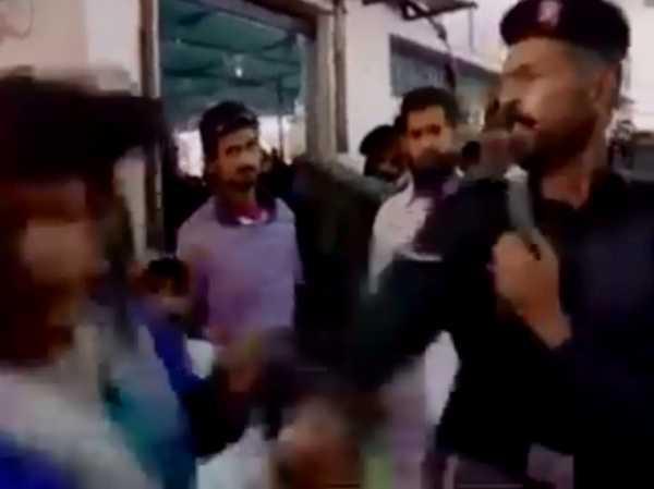 Video soc: Hoi 'xoay' canh sat, nu phong vien Pakistan bi tat thang mat khi dang truyen hinh truc tiep hinh anh 1