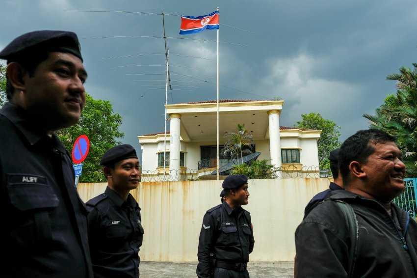 Canh sat Malaysia: Nghi pham vu ong Kim Jong-nam van tron trong dai su quan Trieu Tien hinh anh 1
