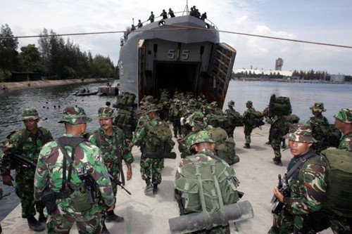 Tap tran, 4 binh si Indonesia thiet mang vi trung dan hinh anh 1